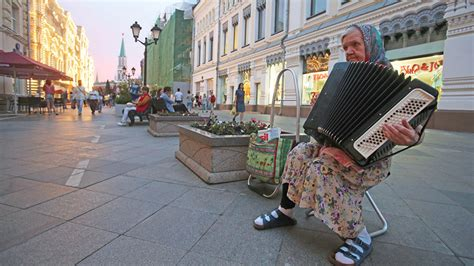russia halve  poverty level  moscow times
