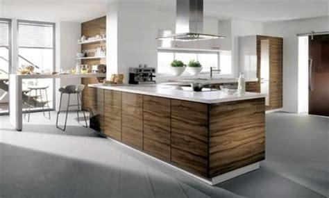 cocina madera de olivo  encimera blanca  el hogar