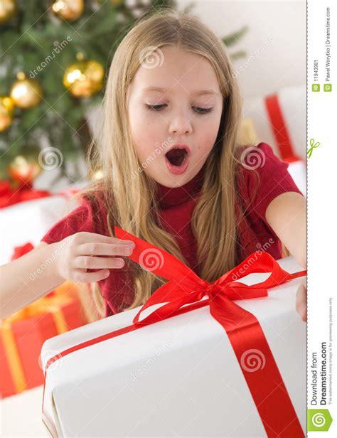Belle Ouverture De Jeune Fille Son Cadeau De Noël Image