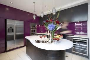 küche spritzschutz glas aubergine farbe kombinieren und im wohnraum einsetzen