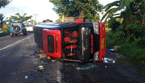 mobil travel nusabali ngebut salip 3 truk mobil travel terguling