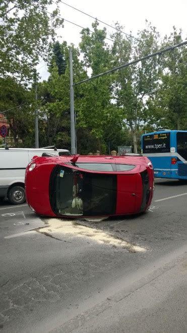si鑒e auto 1 auto si ribalta traffico rallentato sui viali 1 di 5 bologna repubblica it