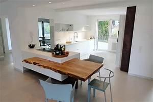 Küche Mit Integriertem Tisch : k che wei mit baumkante resch innenausbau ~ Bigdaddyawards.com Haus und Dekorationen