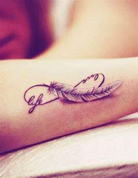 tatouage plume infini tatouage plume la legerete dans