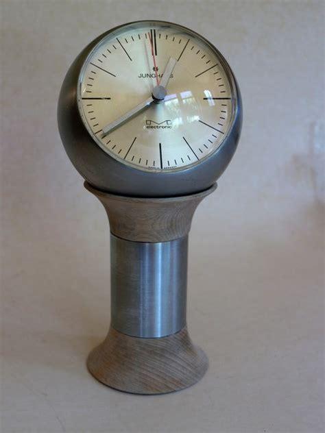 horloge sur le bureau horloge de bureau junghans electronic vers 1960