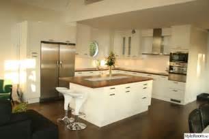 kitchen island with storage and seating vitt kök med stor köksö med plats för barstolar före efter