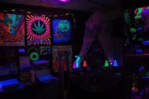 Cheap Stoner Room Decor by Stoner Bedroom Blacklight Www Pixshark Images