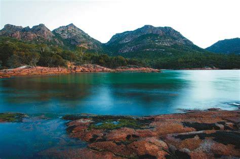 Meravigliosa vista del paesaggio con mare e monti ...