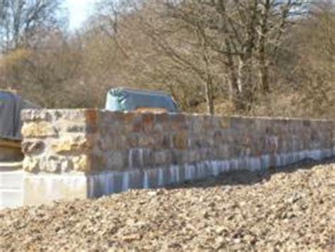 handlauf für gartentreppe sch 195 182 ne kleine mauer aus naturstein mit betonsockel bauunternehmen