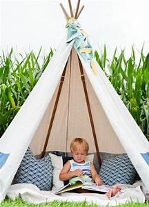 Fabriquer Tipi Enfant : tuto tipi enfant en plein air trois coussins couverture sur le sol coin de lecture ~ Voncanada.com Idées de Décoration