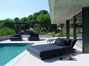 Lit Exterieur Jardin : le confort du lit au bord de la piscine maisonapart ~ Teatrodelosmanantiales.com Idées de Décoration