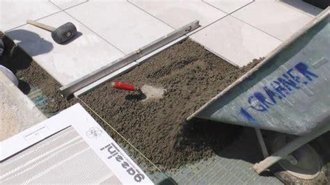 terrassenplatten in trenagebeton verlegen terrassenplatten richtig verlegen mit drainagebeton und