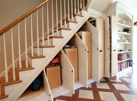 rangement dans rangement chaussures sous escalier c est pratique