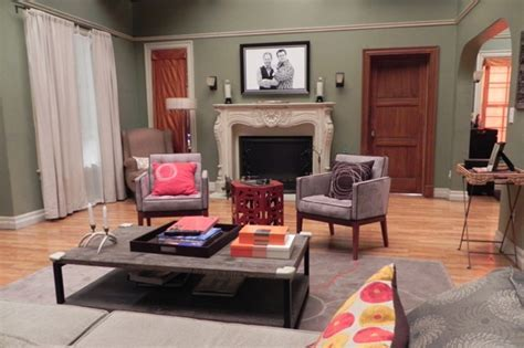 "Make Yourself At Home On the Set Of ""Modern Family"