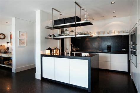 cocina blanca  negra descubre la tendencia de este ano