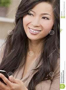 Asiatische Frauen Eigenschaften : sch ne asiatische chinesische frau die intelligentes telefon verwendet stockfoto bild von ~ Frokenaadalensverden.com Haus und Dekorationen