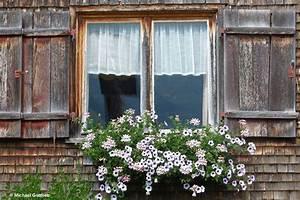 Fenster Aus Ungarn : fenster an einem alten haus in baad mit sich spiegelndem wegekreuz kleinwalsertal sterreich a ~ Markanthonyermac.com Haus und Dekorationen