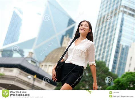 bureau des licences femme asiatique d 39 affaires marchant dehors en hong kong