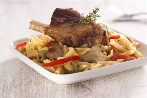 cours de cuisine l atelier des chefs recette de souris d 39 agneau confite aux olives pâtes aux artichauts et poivrons facile