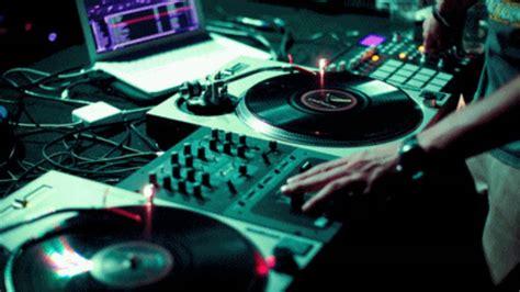 Want to create mashups of your favourite songs? Singari Sarakku Remix Mp3 Download
