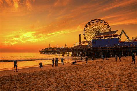 Santa monika, minn ottubru 2016 fuq net television. Visitors enjoy sunset above Santa Monica Pier in Los ...