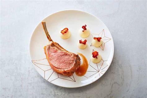 dressage des assiettes en cuisine dressage d une assiette de triples côtes d agneau aux meringues de purée et chips de betterave