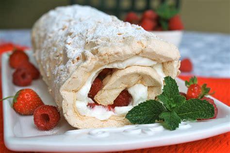 dessert fraise meringue chantilly roul 233 meringue chantilly et fraises g 226 teaux d 233 lices