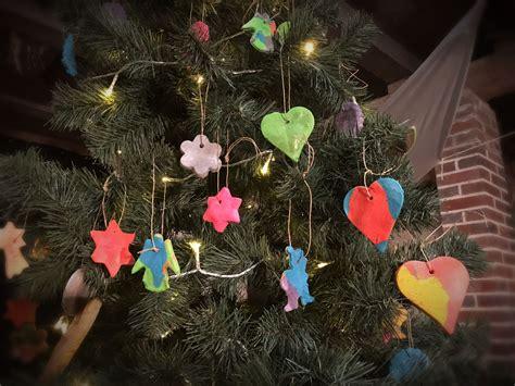 weihnachtsbaum anhaenger aus salzteig tolle bastelidee mit