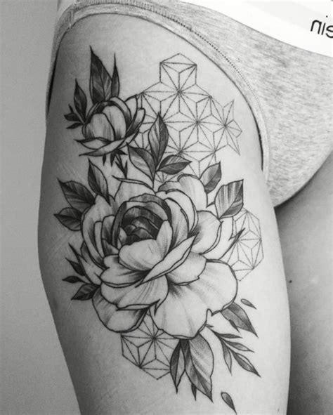 foto de tatouage pivoine