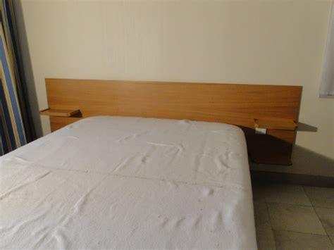 t 234 te de lit moderne en m 233 dium blanc et bois brun pos 233 dans le var 224 hy 232 res ebenisterie brettes