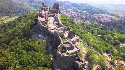 A szigligeti vár a balaton felvidék leglátványosabb vára, melyet a pannonhalmi apátság építtetett 1260 és 1262 között. Nyárra megújulhat a szigligeti vár - kultúra.hu