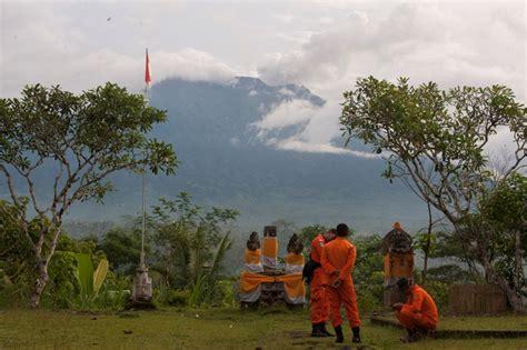 gunung agung meletus  negara keluarkan travel advice
