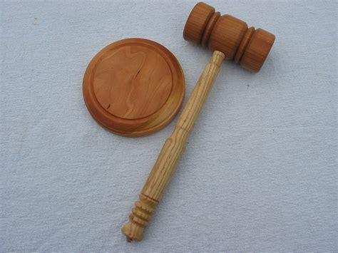 Sabiedrībā atpazīstamu juristu Augstākā tiesa soda ar 500 euro naudas sodu par policista ...
