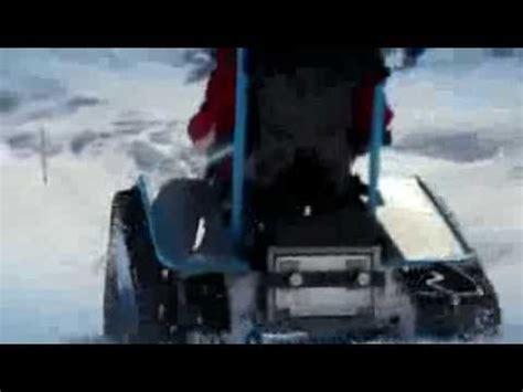 un fauteuil roulant tout terrain roule 224 35 km h