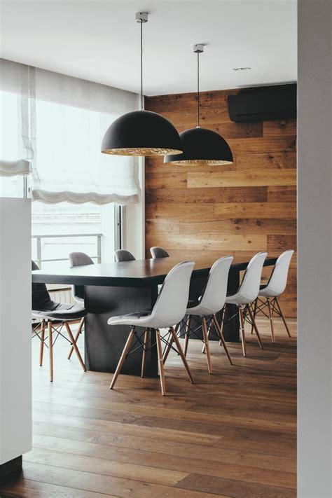 Esstisch Stühle Holz by Chesterfield Sofa Und Einsatz Holz In Moderner Wohnung