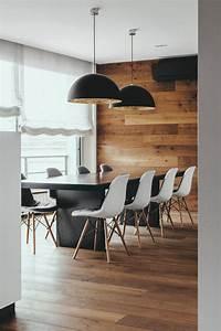 Pendelleuchten Holz Modern : chesterfield sofa und einsatz von holz in moderner wohnung ~ Frokenaadalensverden.com Haus und Dekorationen