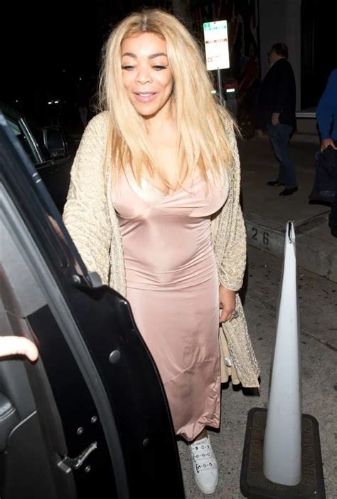 Wendy Williams And Her B00bs Rock Her Wedding Ring Again