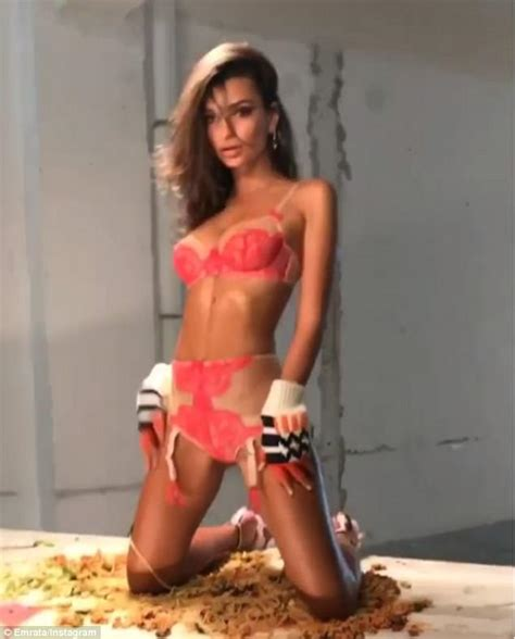 Emily Ratajkowski shows off her jaw-dropping figure ...