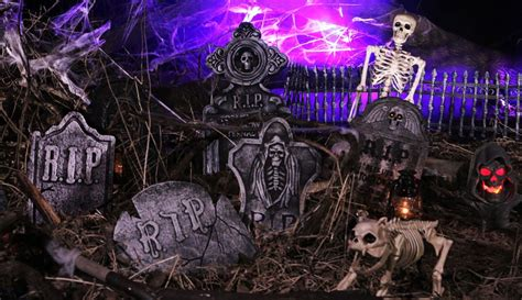 scary ideas for decorations outside spooky skeleton graveyard