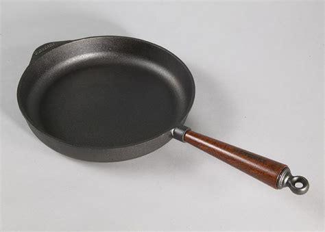 poele de cuisine en fonte le tour des ustensiles de cuisson en fonte naturelle