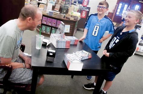 barnes and noble bowling green ky former titan shaw visits bowling green for book signing