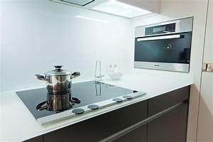 Moderne leicht kuche mit glas arbeitsplatte und theke for Glas arbeitsplatte küche
