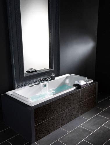 salle de bain carrelage gris murs noir