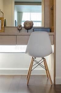 Coiffeuse Blanche Moderne : great download chaise blanche moderne avec la coiffeuse image stock image with coiffeuse blanche ~ Teatrodelosmanantiales.com Idées de Décoration