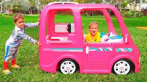 Und Nikita Fahren Mit Dem Barbie Car Zum Camping