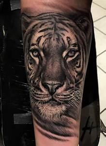 Tattoo Schwarz Weiß : 1001 ultra coole tiger tattoo ideen zur inspiration ~ Frokenaadalensverden.com Haus und Dekorationen