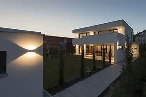 Feinsteinzeug Terrasse Nachteile : einfamilienhaus flachdach berdachte terrasse massivbau fensterfronten modern design ~ Eleganceandgraceweddings.com Haus und Dekorationen