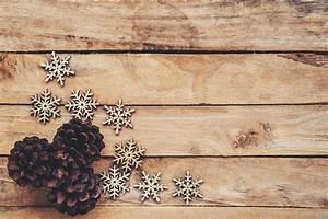 Basteln Holz Weihnachten Kostenlos : tannenzapfen und schneeflocken auf holz f r weihnachten ~ Lizthompson.info Haus und Dekorationen