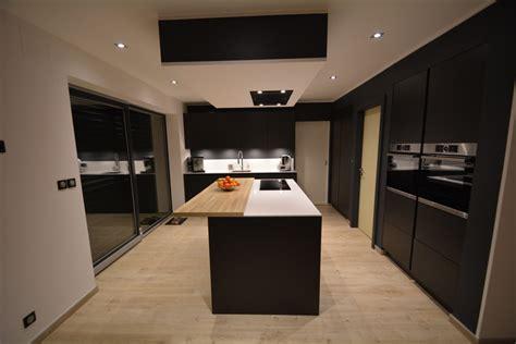 cuisine noir et blanc laqué cuisine noir laque et bois