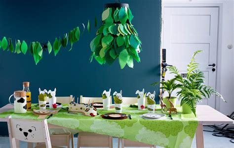 table danniversaire garnie de decorations en papier